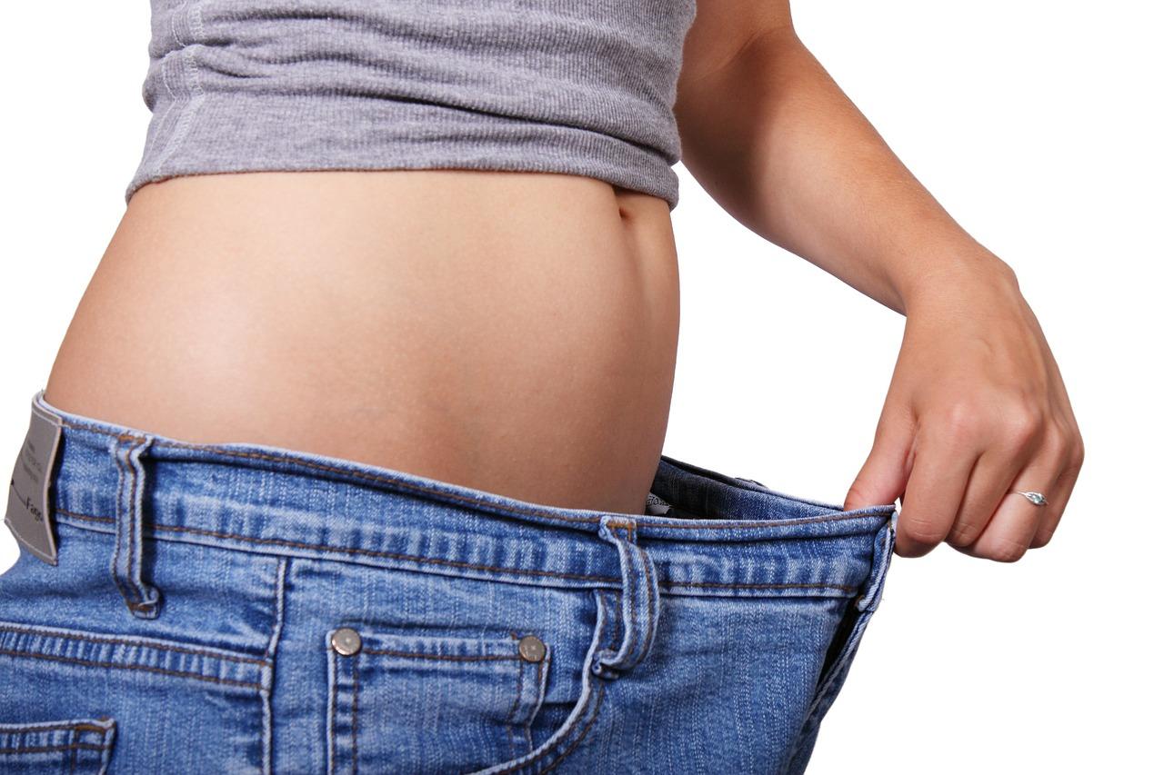 SPOSOBY NA PŁASKI BRZUCH - krótki poradnik co jeść, a czego unikać.