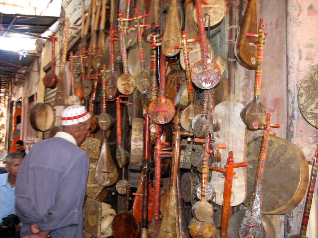 handlowa uliczka medyny w Marakeszu