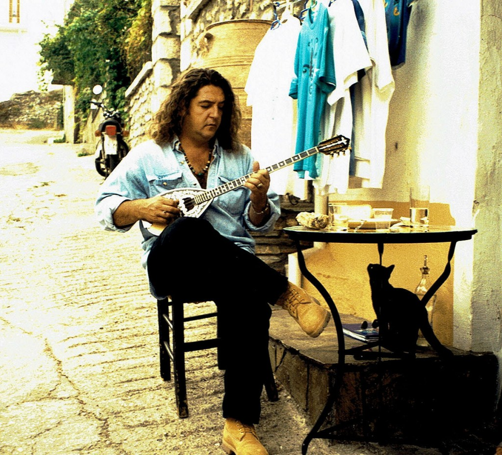 uliczka w Litohoro- Grek gra na buzuki