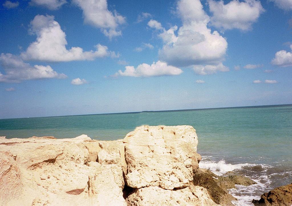 Widok na otwarte morze ze skał w lagunie