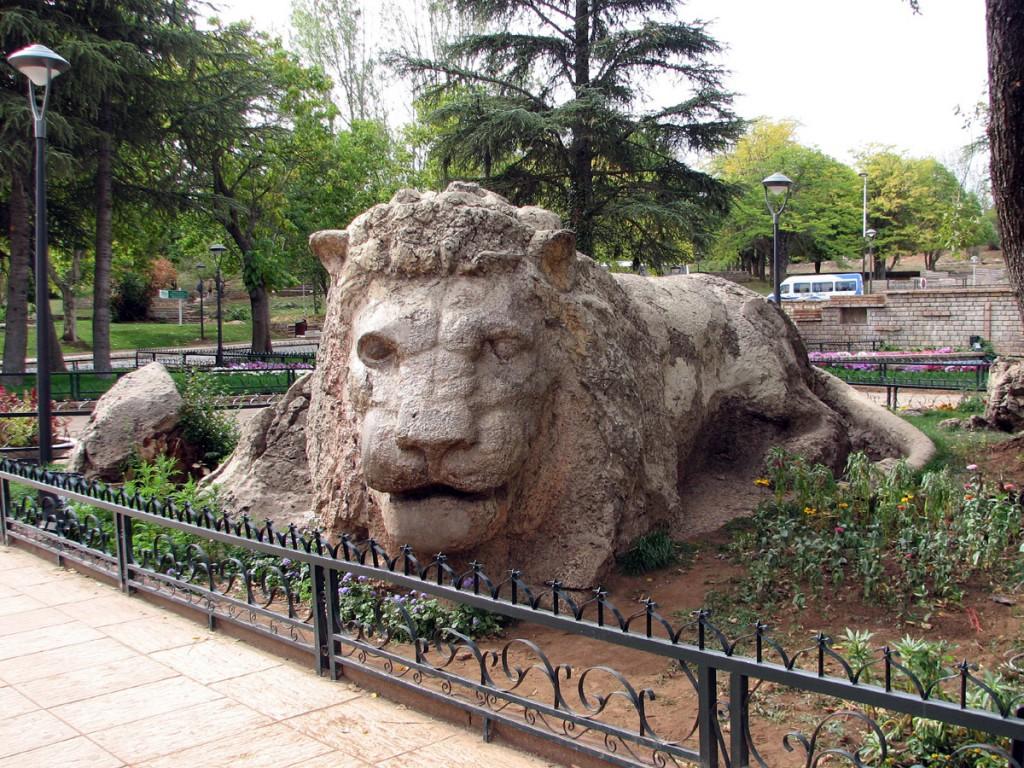 kamienny lew