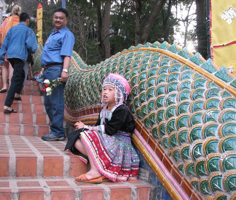 Dziewczynka pozująca do zdjęcia na schodach do Świątyni