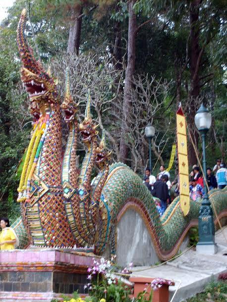Głowa węża Naga na końcu schodów