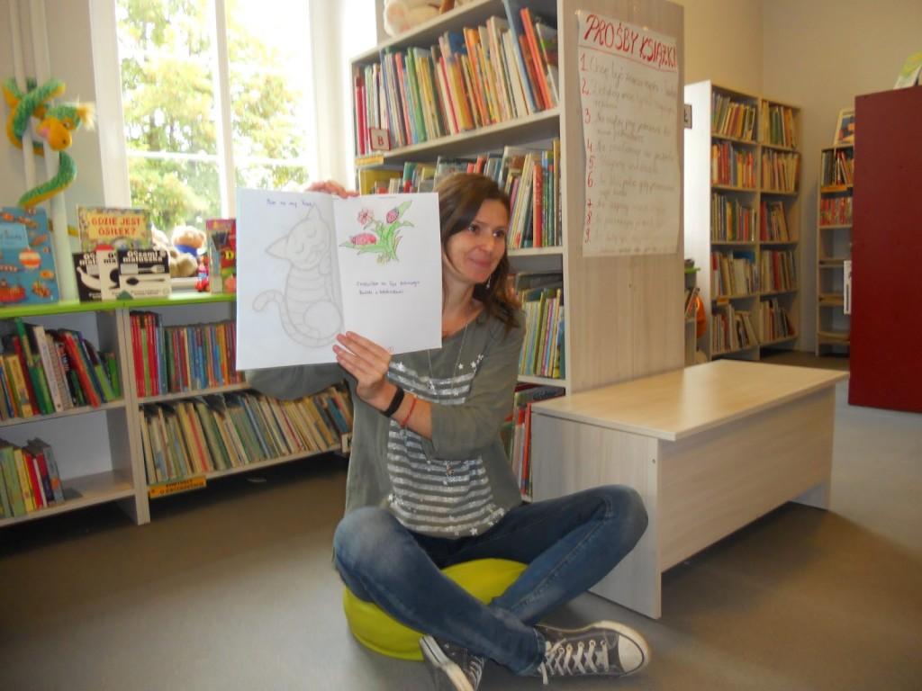 Autorka prowadzi zajęcia w bibliotece
