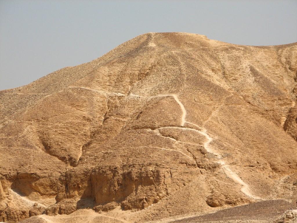 z Doliny Królów przez góry tebańskie