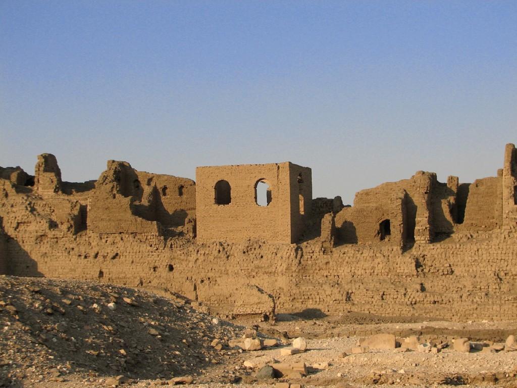 Ruiny Dair al -Madina starożytnej wsi dekoratorów grobowców