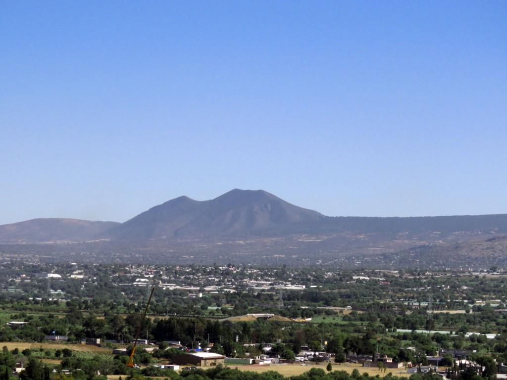 Widok na czynny wulkan ze szczytu Piramidy Słońca