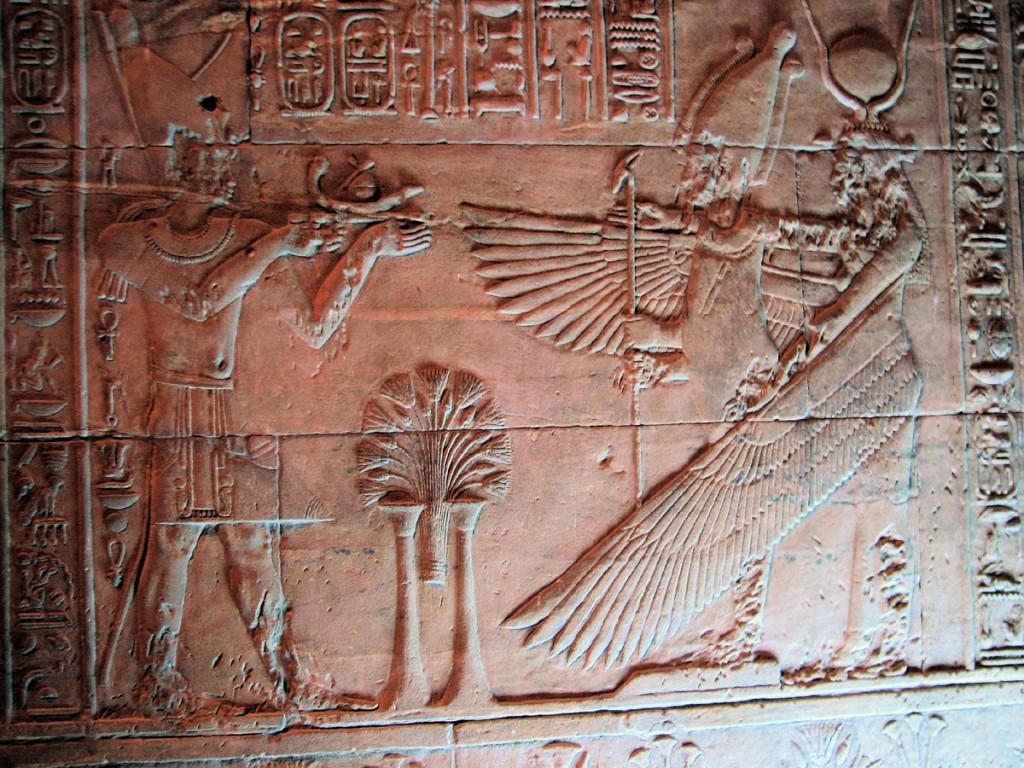 Izyda z rozpostarymi skrzydłami- relief w sanktuarium
