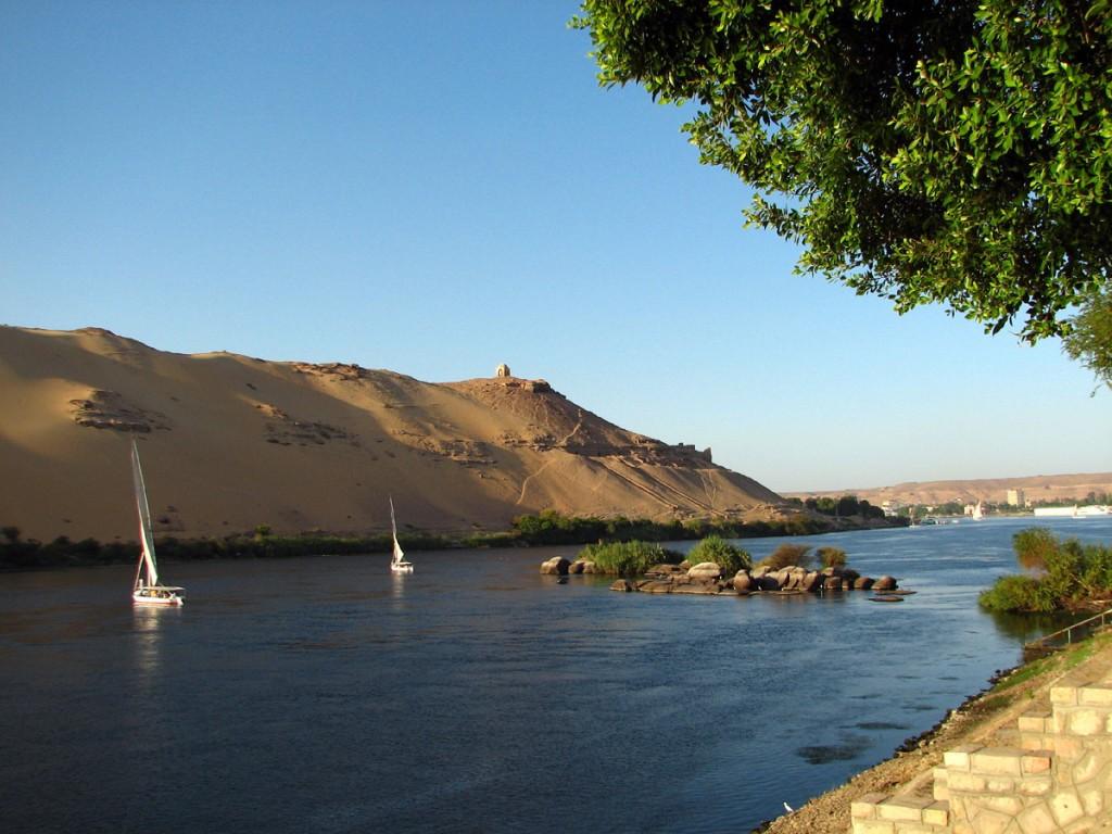 widok na Nil z hotelu. Na wzgórzu grobowiec Marabuta