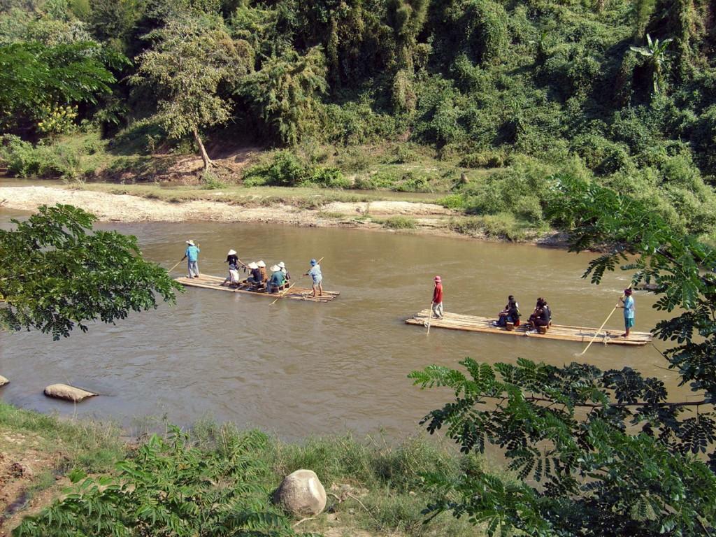 bambusowe tratwy na rzece