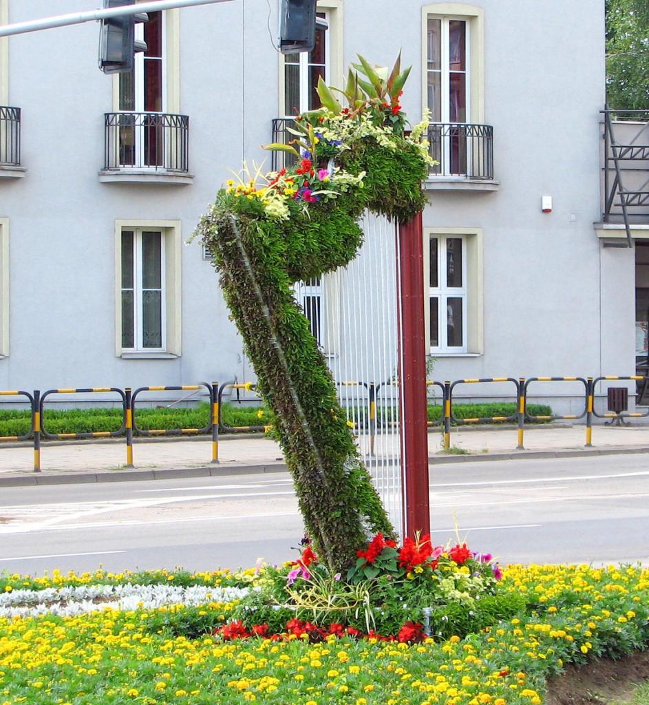 Kwiatowa harfa przed Teatrem Muzycznym
