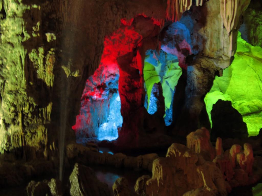 stalagnaty - połączenie stalagmitów i stalaktytów