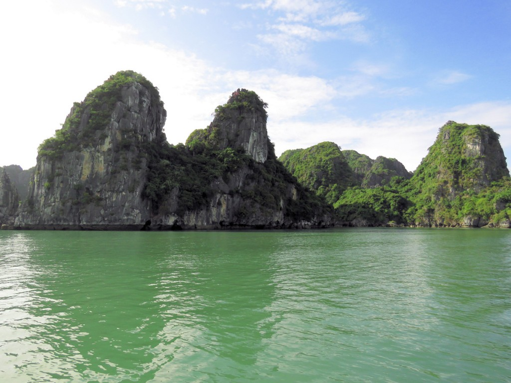 szmaragdowa woda w Zatoce Ha Long
