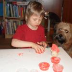 """AUTYZM: """"Terapia przez sztukę - malowanie"""", wywiad z filozofką, etykiem i mamą Oli z autyzmem"""