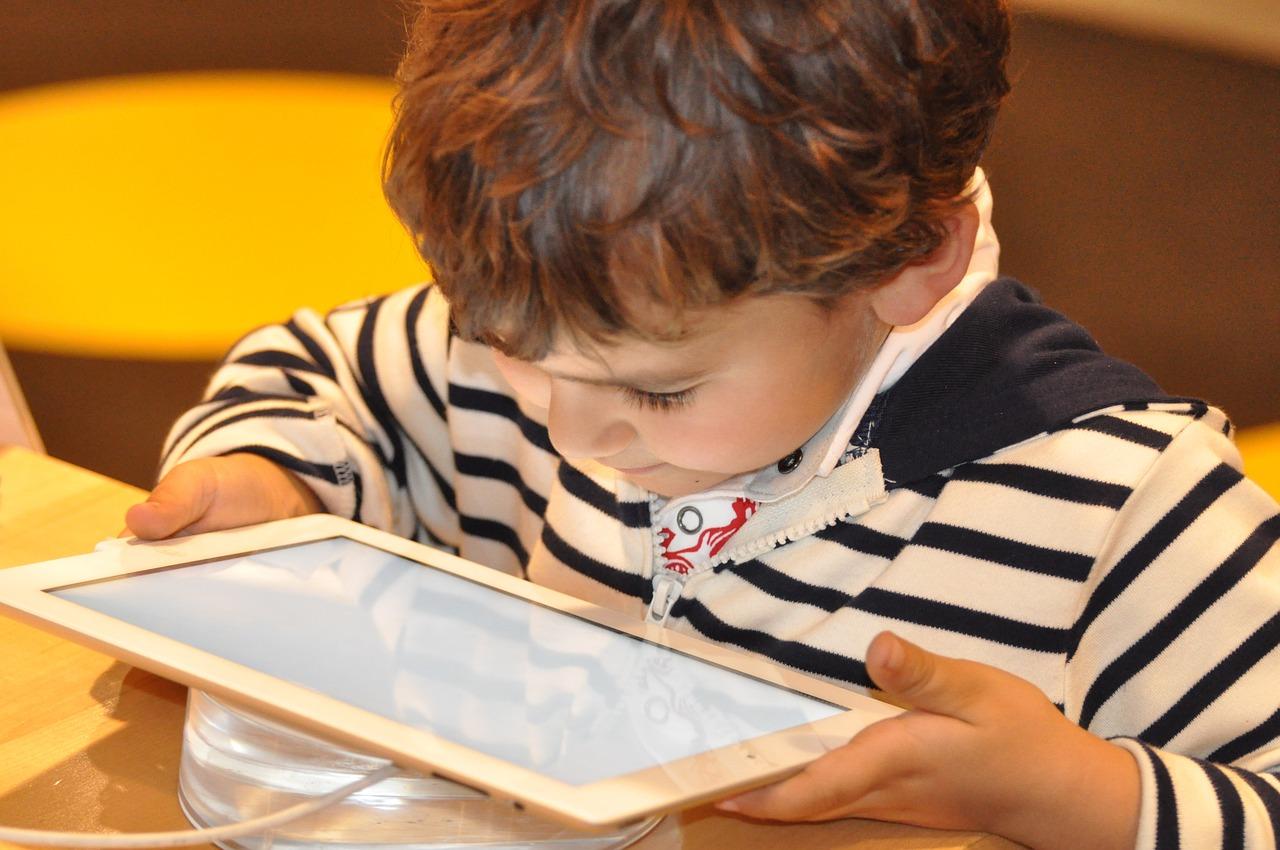 """EKSPERT ODPOWIADA: """"Komórka i tablet - zabawa czy zagrożenie?"""""""