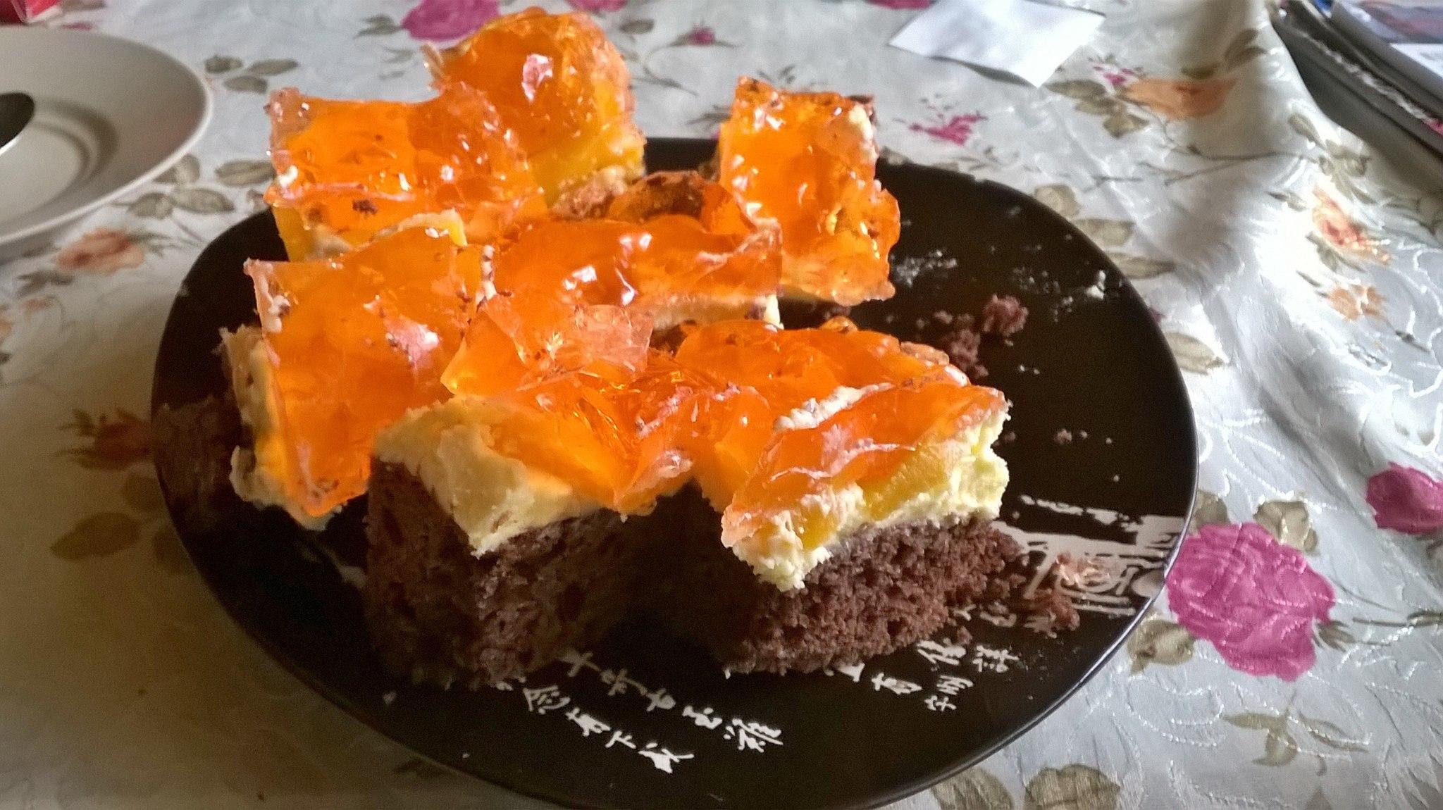Efektowne i proste ciasto z brzoskwiniami i kremem